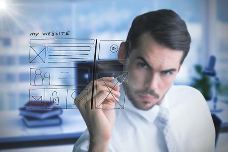 koncentrovaný: Zaměřený podnikatel psaní s marker proti kompozitní obraz pracoviště Reklamní fotografie