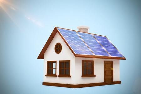 Immagine composita digitale della casa 3d con i pannelli solari contro fondo blu Archivio Fotografico - 75824791