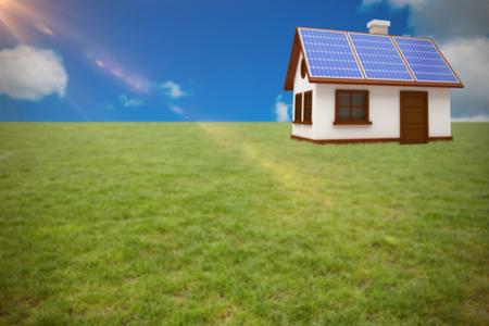 Illustrazione 3d della casa con i pannelli solari contro la vista scenica di cielo blu Archivio Fotografico - 75824545