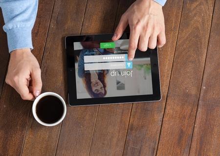part of me: Compuesto digital de En la mesa con el café y la tableta con pantalla de inicio de sesión