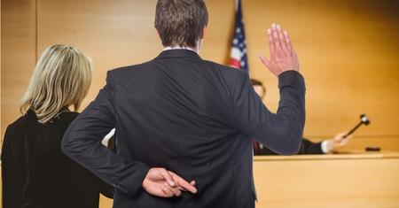 Digitale compositie van mannen die in de rechter zweren met de vingers gekruist