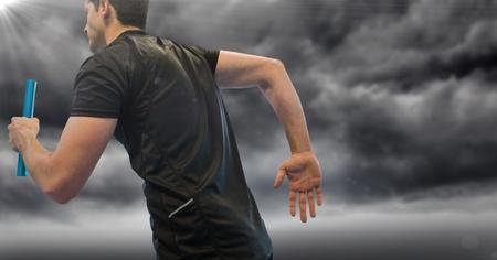 Digitale samenstelling van Relaisagent en gloed tegen stormachtige hemel
