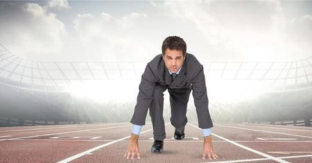 Digitale composiet van digitaal gegenereerde afbeelding van zakenman op startpunt op racespoor