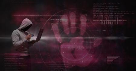 Digital-Zusammensetzung des Digital-zusammengesetzten Bildes des Hackers, der Kreditkarte und Laptop gegen virtuellen Schirm verwendet Standard-Bild - 77043600