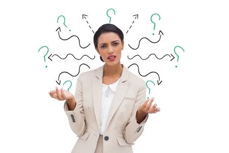 Composite numérique de femme d'affaires confus avec des flèches et des points d'interrogation Banque d'images - 76789330