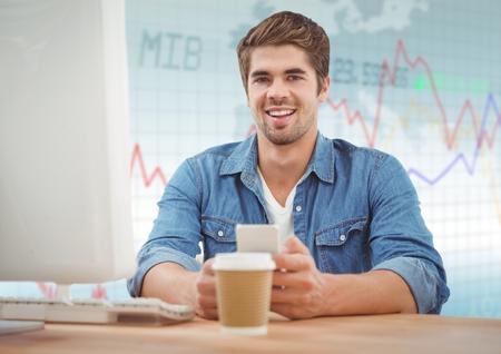 Digitale samenstelling van de Mens bij computer met koffie tegen blauwe grafiek Stockfoto