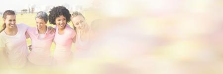 公園で乳癌のピンクを着て笑っている女性 写真素材