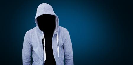 Rover die grijze hoodie draagt ??tegen blauwe achtergrond met vignet Stockfoto - 78596262