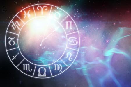 Digitaal gegenereerd beeld van de klok met verschillende sterrenbeelden tegen digitaal gegenereerde afbeelding van kleurrijke lichten