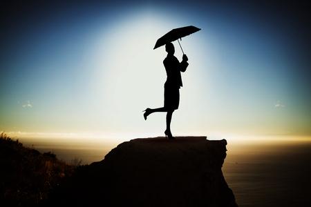 blauwe vrouw met paraplu tegen schilderachtig uitzicht op berg tegen zee tegen lucht