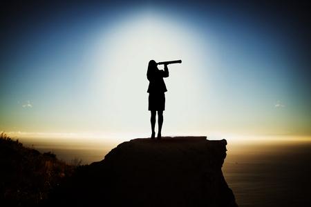 zwarte vrouw met telescoop tegen schilderachtig uitzicht op berg door zee tegen hemel