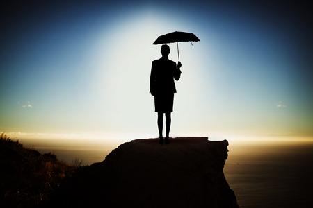 zwarte vrouw met paraplu tegen schilderachtig uitzicht op berg door zee tegen hemel