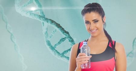 백그라운드에서 DNA 구조와 물병을 들고 맞는 젊은 여자의 디지털 합성