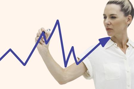 Composé numérique de graphe de dessin de femme d'affaires à l'écran Banque d'images - 79303127