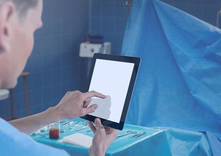 手術室で医師持株タブレットのデジタル合成