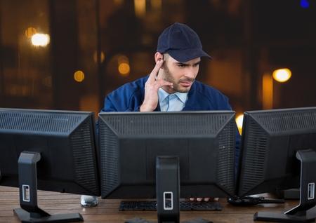 夜のオフィスで画面の背後に警備員のデジタル合成