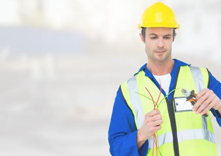 alicates: Digital compuesto de electricista con cables de cables en el sitio de construcción