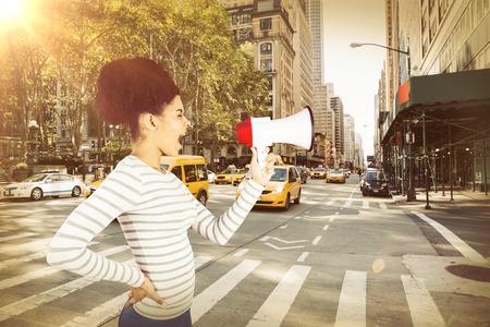 ニューヨークのストリートにメガホンで叫んで屈託のない若い女性
