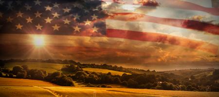 Primer plano de la bandera estadounidense contra escena del país