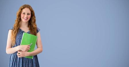 composite numérique de l & # 39 ; étudiant du collège avec le livre vert sur fond violet