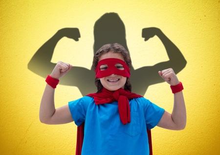 Composite numérique de fille heureuse habiller comme un photoshoot devant les poings se tenant sur le mur jaune Banque d'images - 80981828
