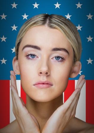 Composito digitale di donna abbastanza bionda in piedi su uno sfondo di bandiera americana Archivio Fotografico - 81061082