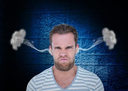 Composite numérique de la colère jeune homme avec de la vapeur sur les oreilles. Fond noir et bleu