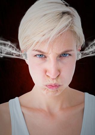 Compuesto digital de mujer joven de ira con vapor 3D en los oídos. Fondo negro y rojo Foto de archivo