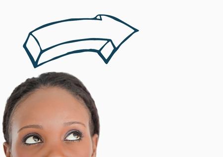 Digital compuesto de Top de la cabeza de la mujer mirando la dirección de la flecha de la marina 3D contra el fondo blanco Foto de archivo - 81061303