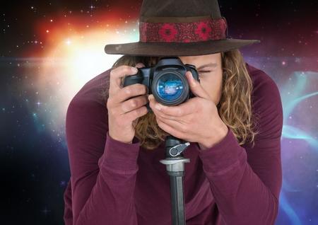 Digitale compositie van fotograaf foto in gekleurde lichten achtergrond