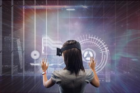Digitale samenstelling van Vrouw in VR-hoofdtelefoon wat betreft interface tegen melkweg en stadsachtergrond