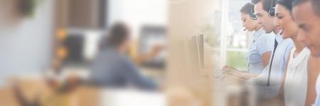 Digitale compositie van klantenservice medewerkers met headsets met lichte achtergrond