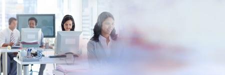 背景が明るいオフィス ヘッドセット アシスタントによる顧客サービスのデジタル合成
