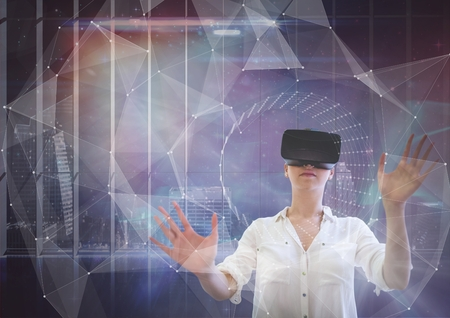 Digitale samenstelling van Vrouw in VR-hoofdtelefoon wat betreft interface tegen de achtergrond van de melkwegstad