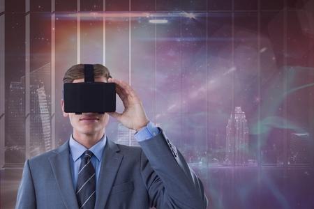Digitale composiet van Man in VR-hoofdtelefoon die uitkijkt tegen sterren- en stadsachtergrond