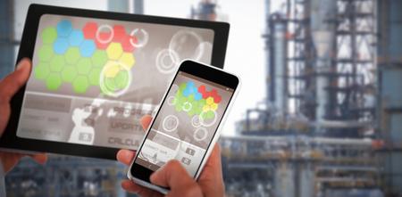 Close-up van handen met behulp van digitale tablet en 3D-mobiele telefoon tegen het oog op de industrie