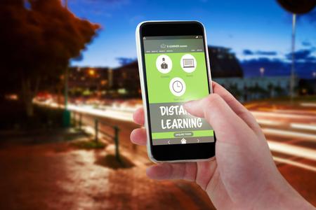 Cropped mano utilizando 3D teléfono móvil contra la luz senderos en la calle de la ciudad