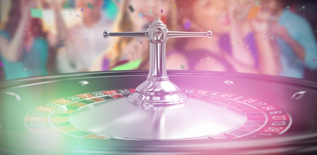 socializando: Dos mujeres hermosas cantando la canción juntos contra la imagen de cerca de la rueda de ruleta 3d