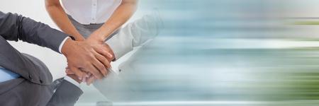 Digitale samenstelling van Overhead van commercieel team die handen samen en onscherpe blauwe overgang zetten