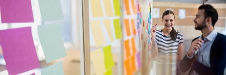 스티커 메모 전환 효과가있는 사업 사람들의 디지털 합성