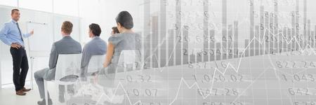 Composición digital de los empresarios que tienen una reunión con las cifras financieras números efecto de transición Foto de archivo - 82500747