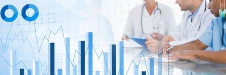 Digitale samenstelling van Medische artsen die een vergadering met grafieken hebben en het overgangseffect van cijfersstatistieken