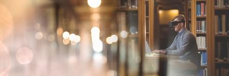 composite numérique de l & # 39 ; homme portant casque vr dans la bibliothèque avec la transition Banque d'images