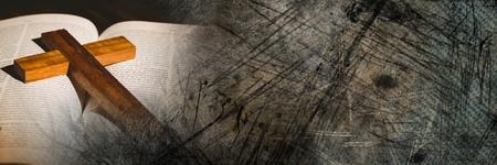 Digitale composiet van Kruis op bijbel en grungeovergang Stockfoto