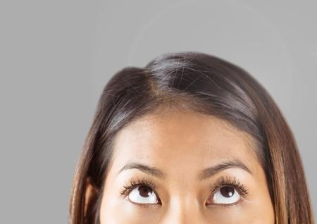 Composite numérique de Portrait des yeux de femme avec fond gris Banque d'images - 82400181