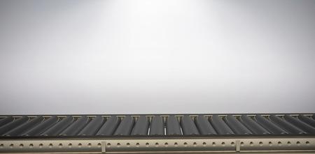 Digitales Bild des leeren Förderbandes gegen grauen Hintergrund