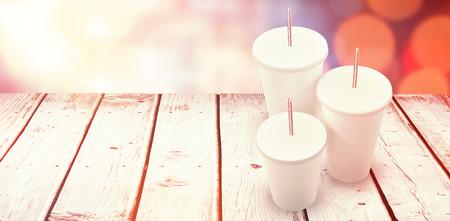 빛나는 배경 흰색 배경 위에 흰색 컵