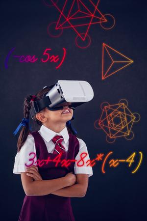 Driehoeksvorm tegen witte achtergrond tegen schoolmeisje die virtuele werkelijkheidshoofdtelefoon met behulp van tegen bord Stockfoto
