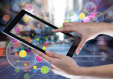 디지털 태블릿과 도시의 다채로운 응용 프로그램 아이콘 전환과 함께 복합 스톡 콘텐츠