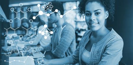 Ilustración de las fórmulas químicas contra el estudiante mirando a la cámara mientras estudiaba con sus compañeros de clase Foto de archivo - 84080708